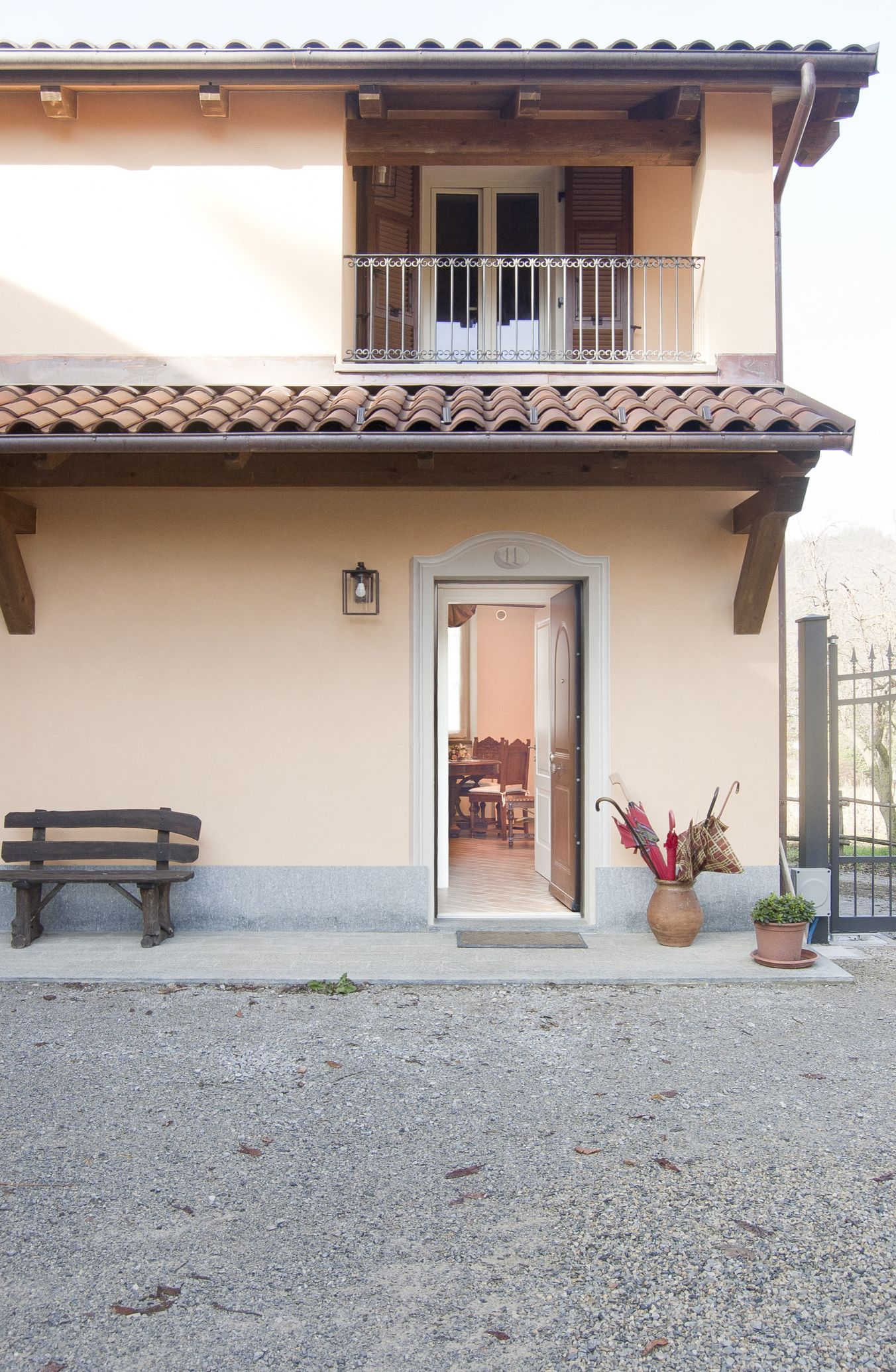 esterno-cortile-porta-aperta_le_macine